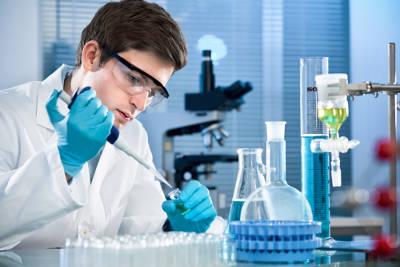 Научный работник разрабатывает медицинские средства.